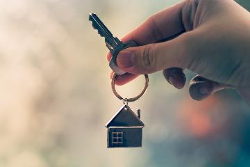 Wat met de meerwaardebelasting indien een geërfde woning wordt verkocht nadat één mede-eigenaar via verdeling de andere erfgenamen heeft uitgekocht?