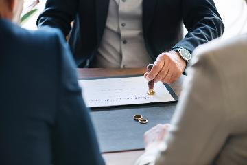 Kan een kandidaat-koper tijdens een echtscheidingsprocedure een onroerend goed aankopen zonder dat de ex-echtgenoot bij die aankoop moet tussenkomen?